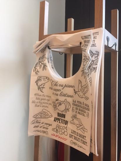 Zákazníci, kteří nechtějí riskovat skvrny od omáček na oblečení, mohou využít jednorázové bryndáky.